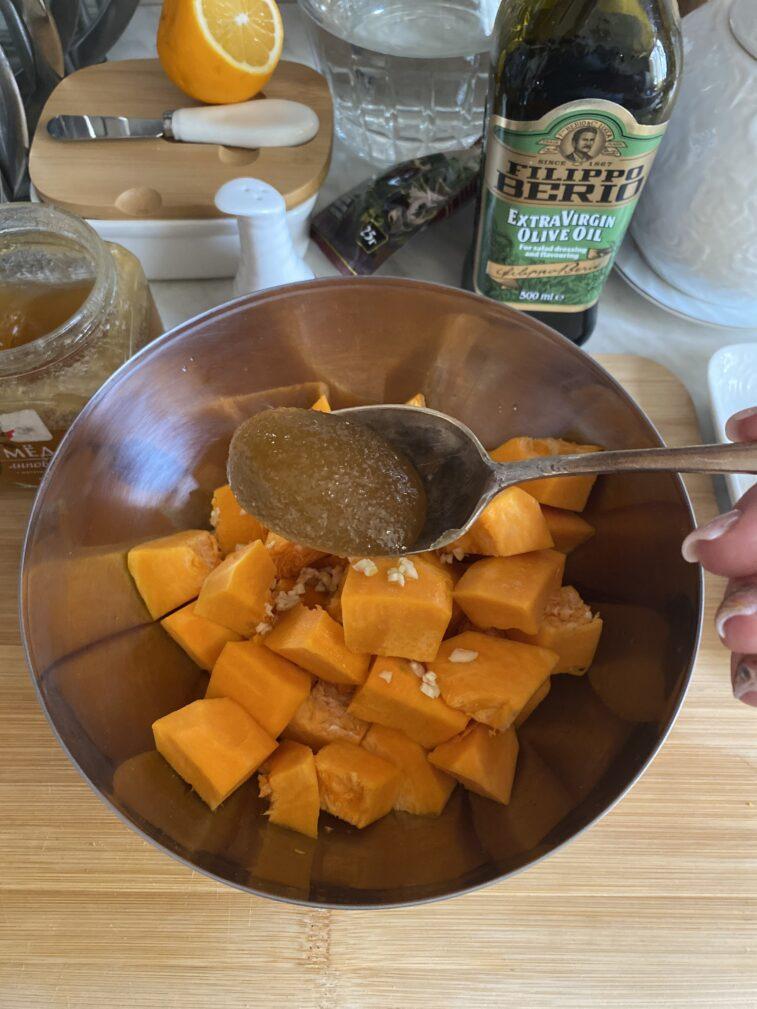 Фото рецепта - Запеченная тыква с индейкой в медовом соусе - шаг 6