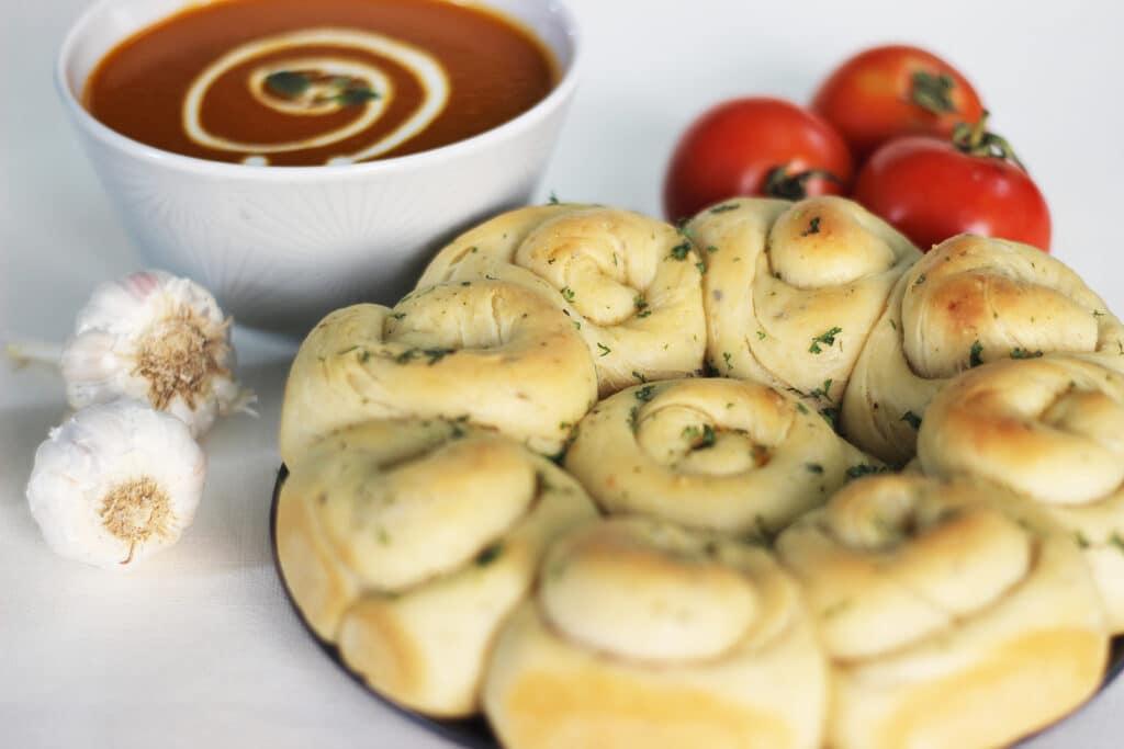 Фото рецепта - Домашние булочки с чесночным маслом и итальянскими травами - шаг 8