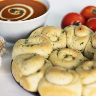 Домашние булочки с чесночным маслом и итальянскими травами - рецепт с фото