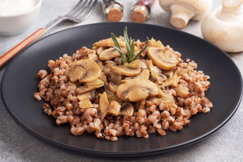 Фото рецепта - Гречневая каша с грибами - шаг 5