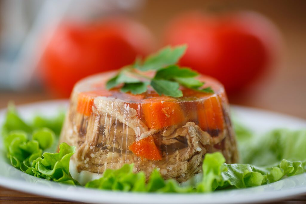 Фото рецепта - Заливное из курицы с овощами - шаг 5