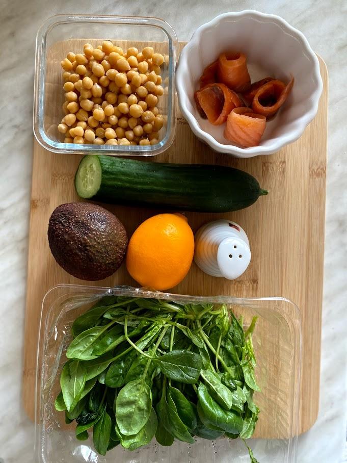 Фото рецепта - Салат с нутом, авокадо и слабосоленой рыбой - шаг 1
