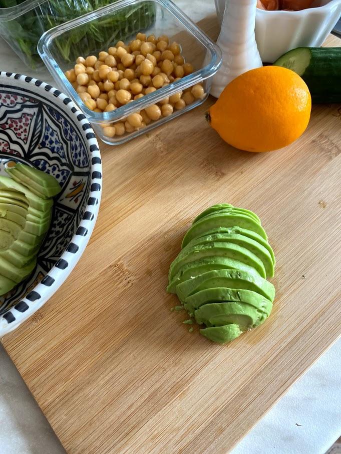 Фото рецепта - Салат с нутом, авокадо и слабосоленой рыбой - шаг 2