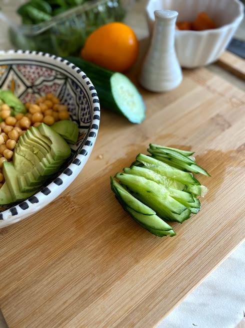 Фото рецепта - Салат с нутом, авокадо и слабосоленой рыбой - шаг 3