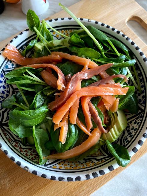 Фото рецепта - Салат с нутом, авокадо и слабосоленой рыбой - шаг 5