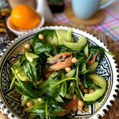 Салат с нутом, авокадо и слабосоленой рыбой - рецепт с фото