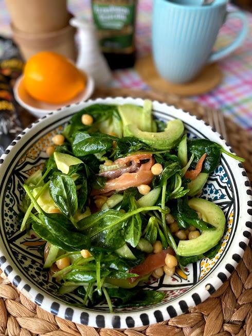 Салат с нутом, авокадо и слабосоленой рыбой