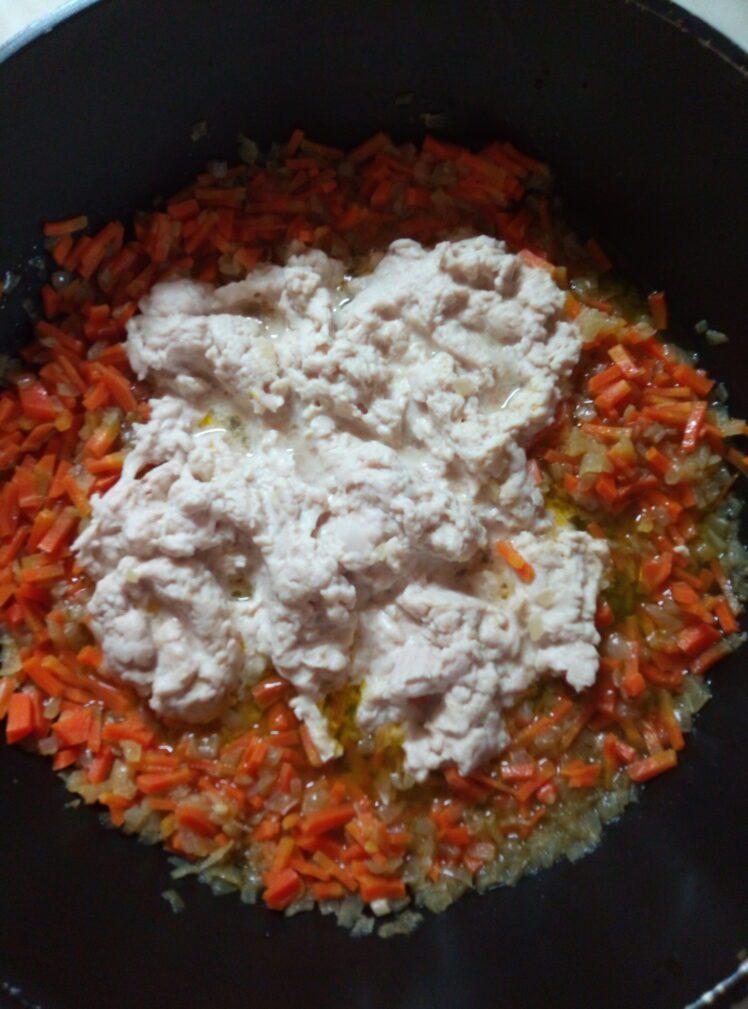 Фото рецепта - Макароны с мясом, луком и морковью - шаг 3
