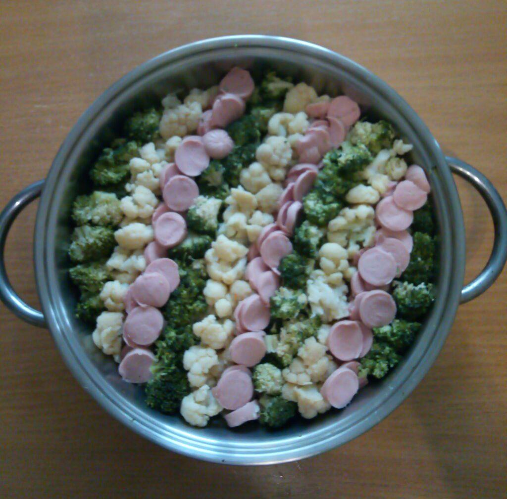 Фото рецепта - Запеканка из цветной капусты, брокколи и сосисок - шаг 4
