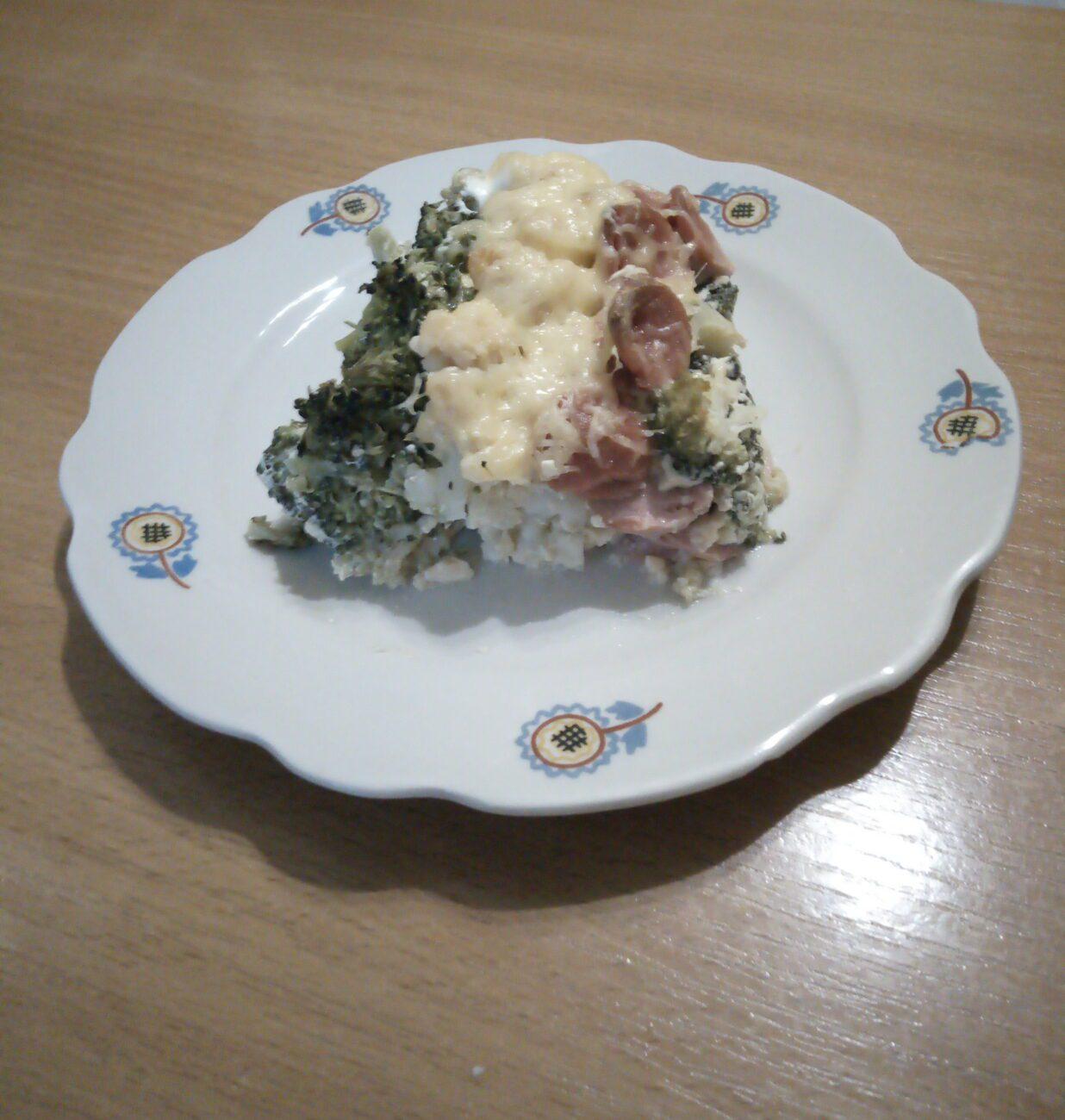 Запеканка из цветной капусты, брокколи и сосисок