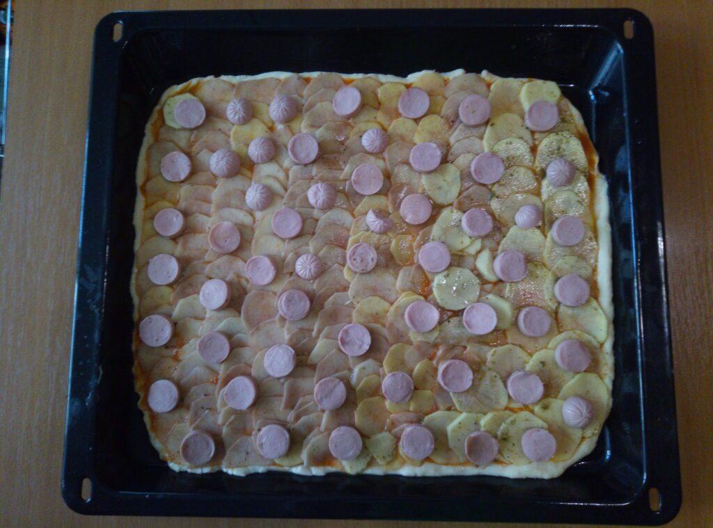 Фото рецепта - Пицца с картофелем и сосисками с двумя видами сыра - шаг 3