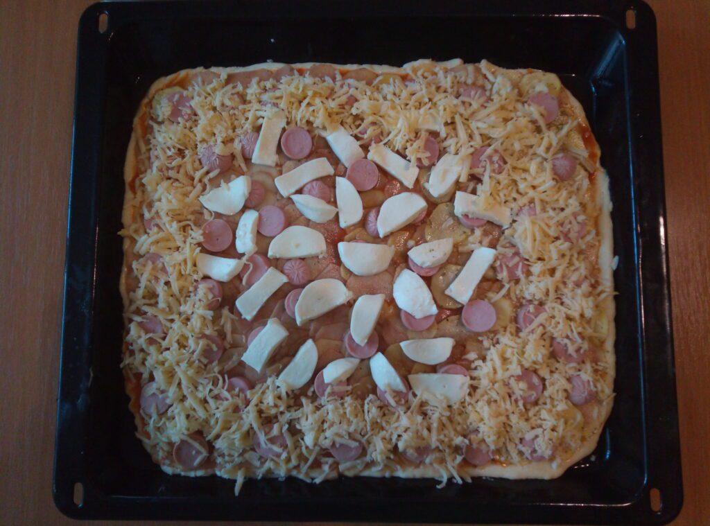 Фото рецепта - Пицца с картофелем и сосисками с двумя видами сыра - шаг 4