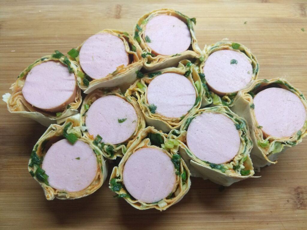 Фото рецепта - Рулеты из лаваша с сардельками, кабачковой икрой и зеленым луком - шаг 5
