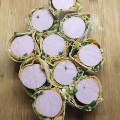 Рулеты из лаваша с сардельками, кабачковой икрой и зеленым луком - рецепт с фото