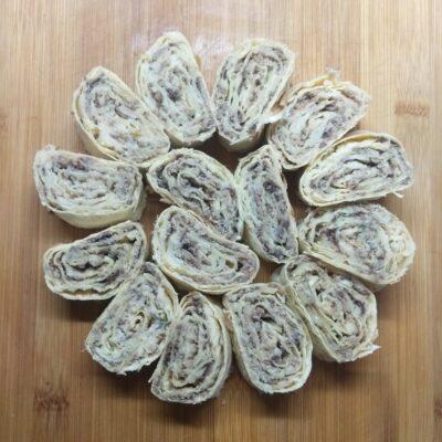 Закусочные рулеты из лаваша с сардинами и пармезаном - рецепт с фото