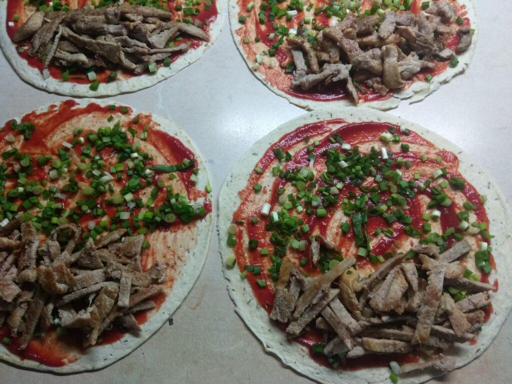 Фото рецепта - Тортилья со свининой и зеленым луком - шаг 5