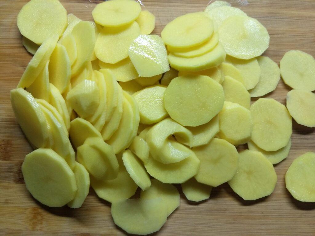 Фото рецепта - Горбуша, запеченная с картофелем и луком - шаг 1