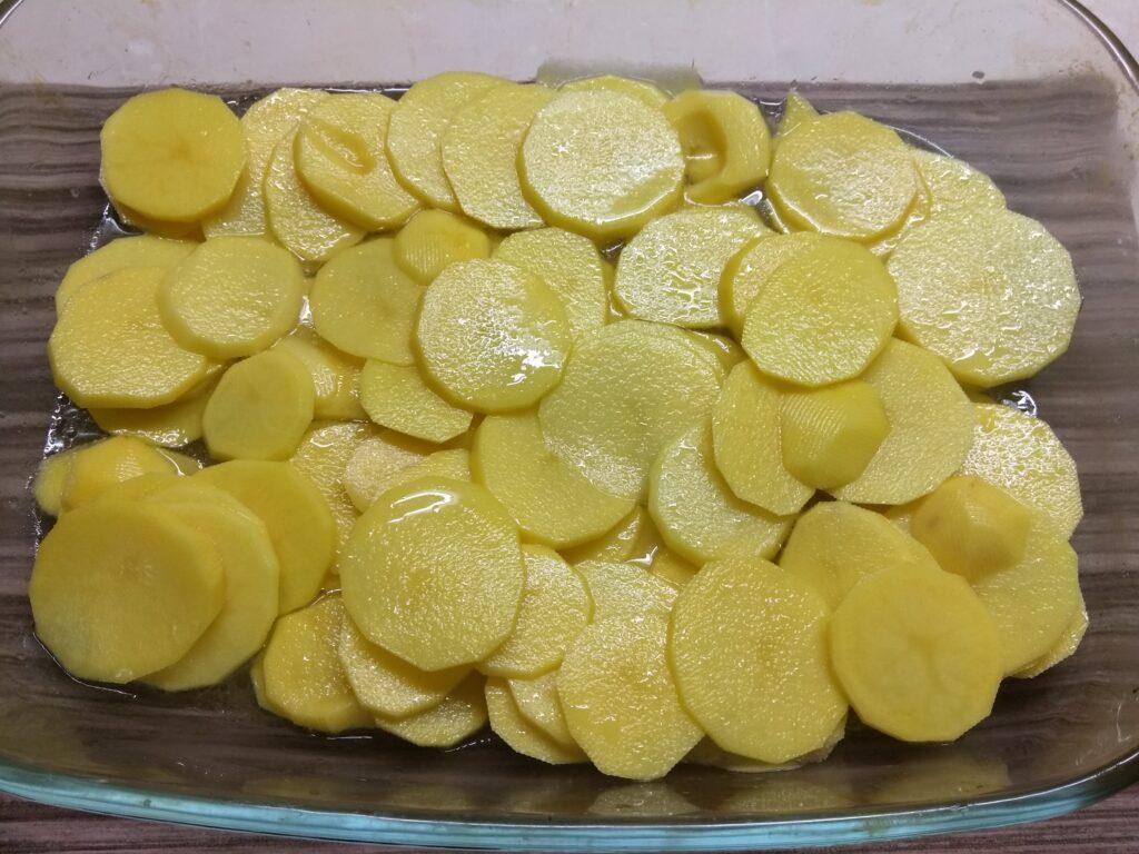 Фото рецепта - Горбуша, запеченная с картофелем и луком - шаг 2