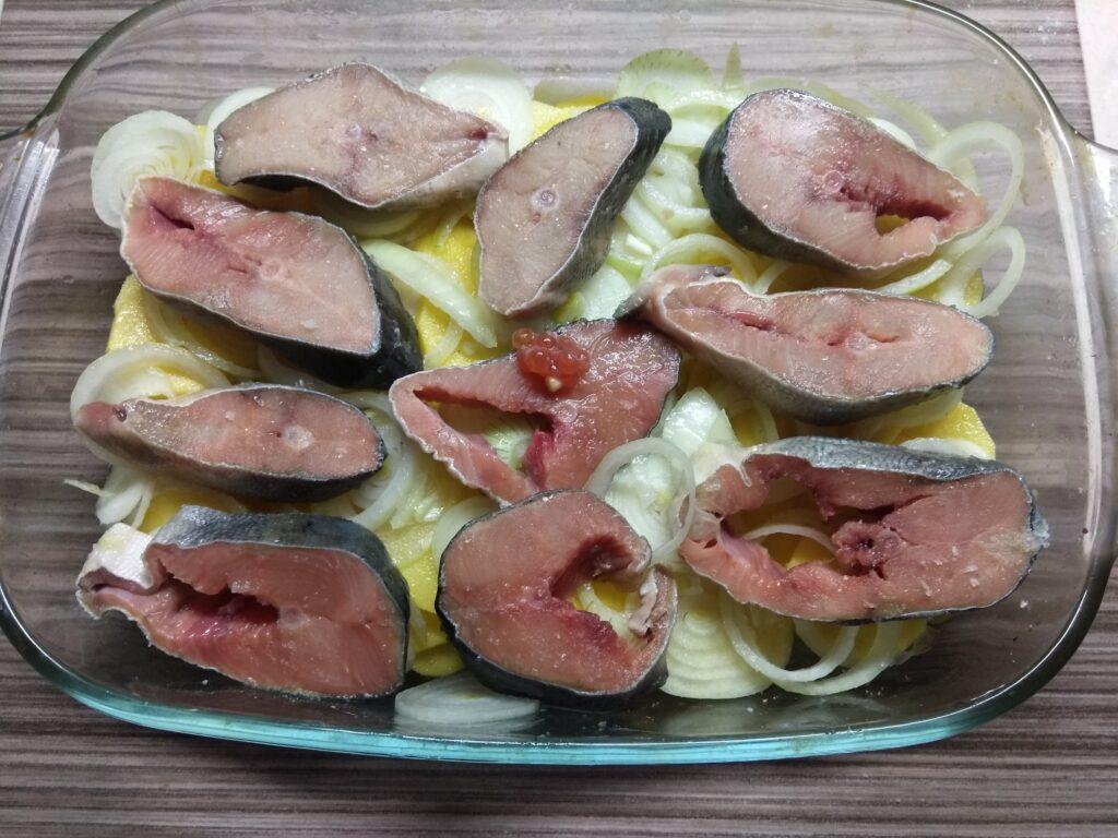 Фото рецепта - Горбуша, запеченная с картофелем и луком - шаг 4