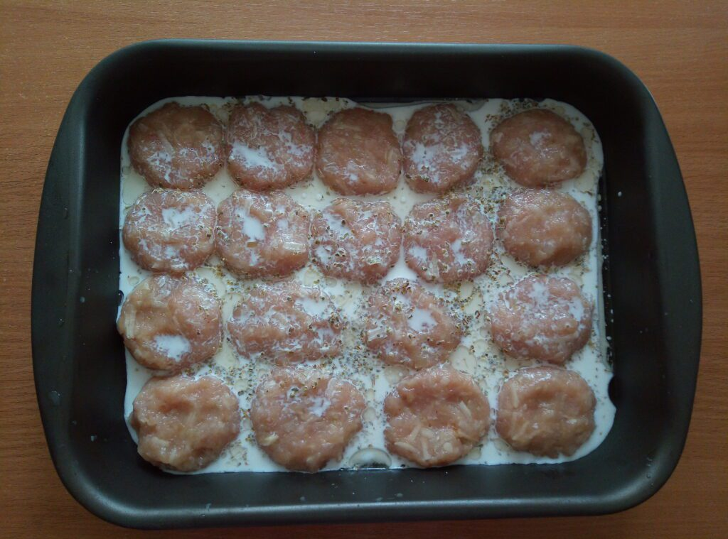Фото рецепта - Котлеты из куриного филе и картофеля под сливочным соусом - шаг 6