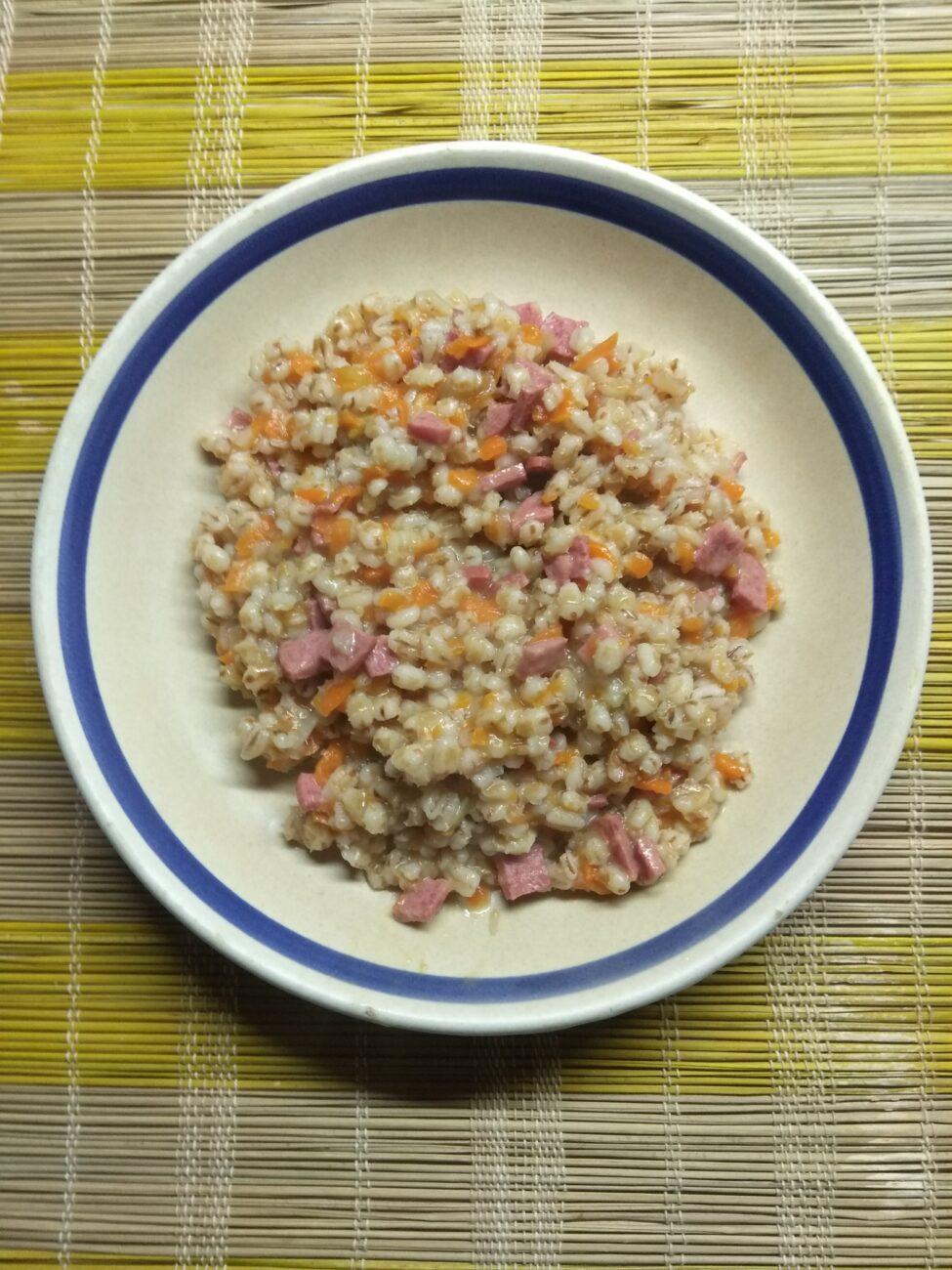 Перловка с луком, морковью и салями