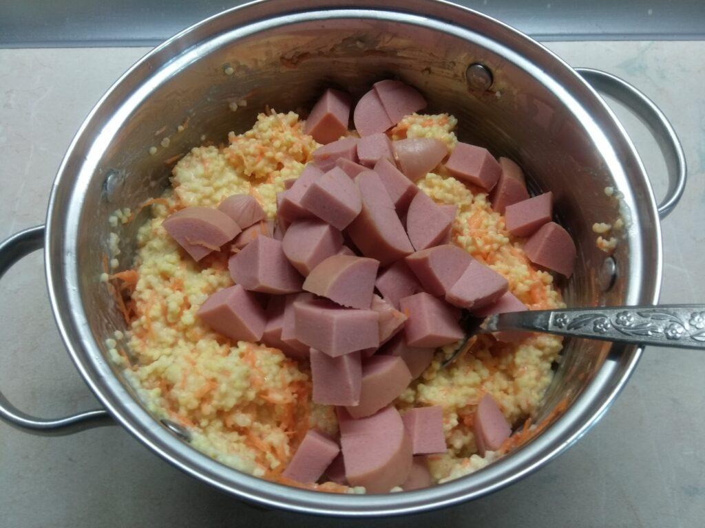Фото рецепта - Кекс из пшена с сосисками и морковью - шаг 3