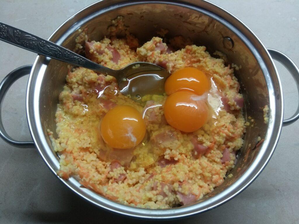 Фото рецепта - Кекс из пшена с сосисками и морковью - шаг 4