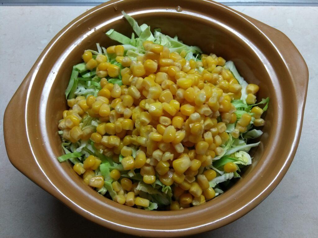 Фото рецепта - Салат из капусты, крабовых палочек и кукурузы - шаг 4