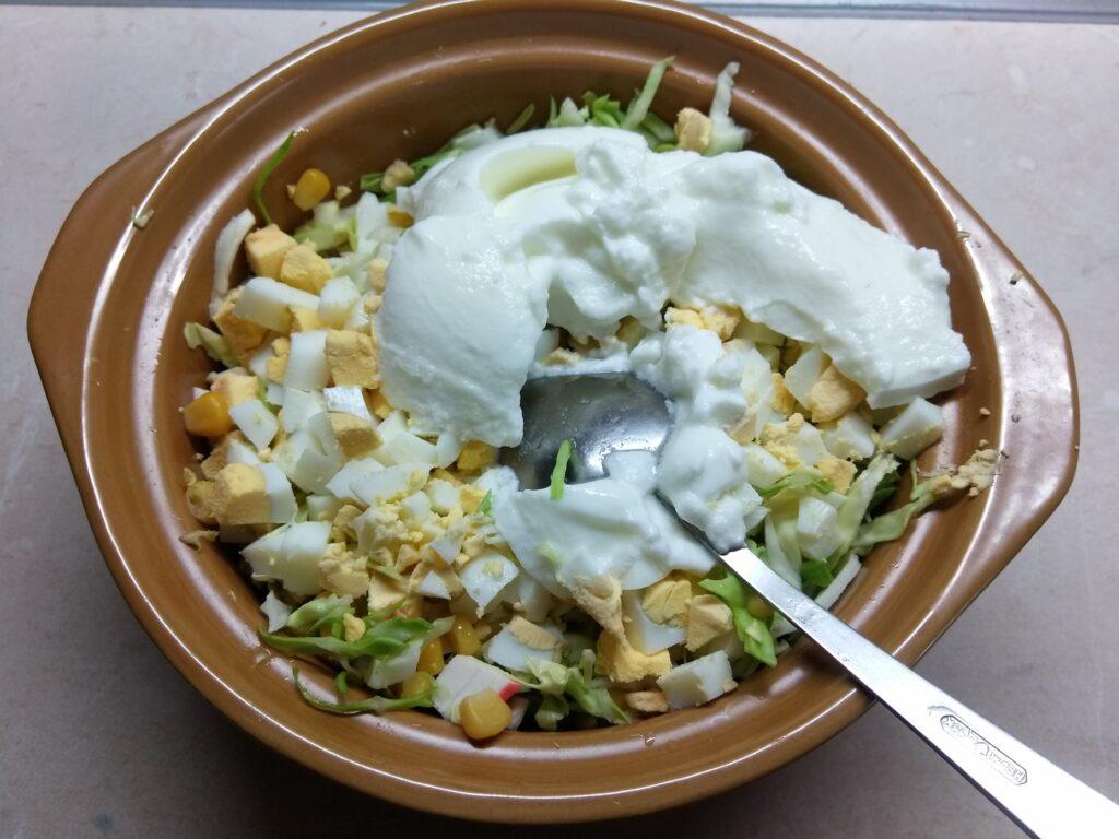 Фото рецепта - Салат из капусты, крабовых палочек и кукурузы - шаг 6