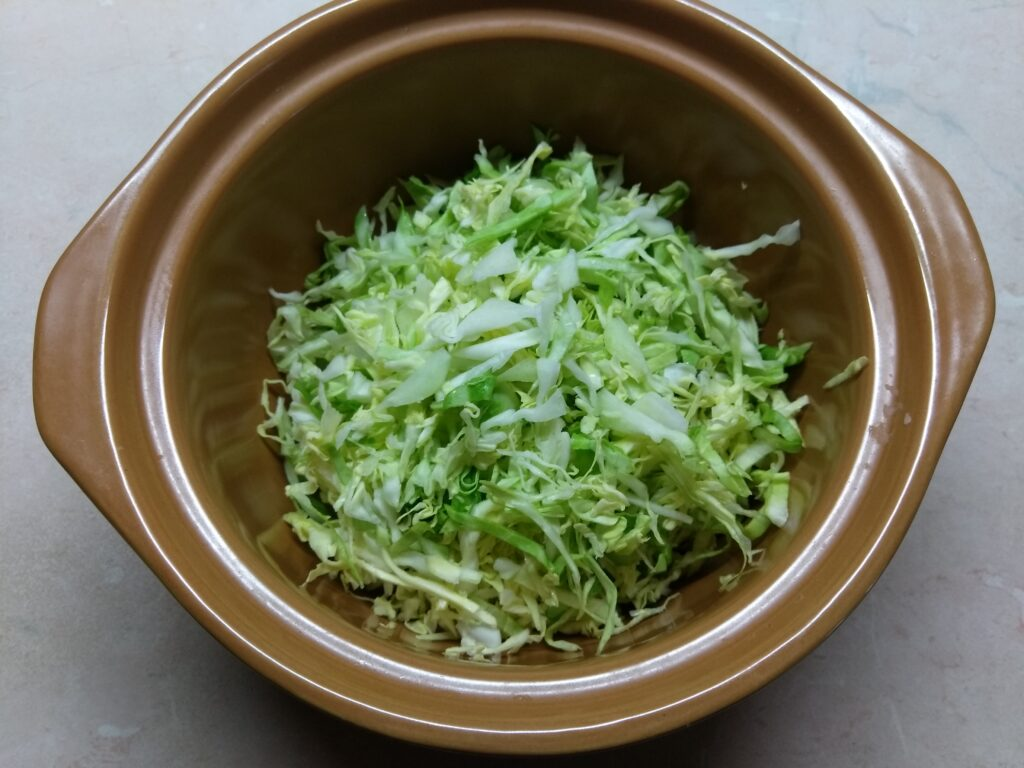 Фото рецепта - Салат с капустой, бужениной и кукурузой - шаг 1