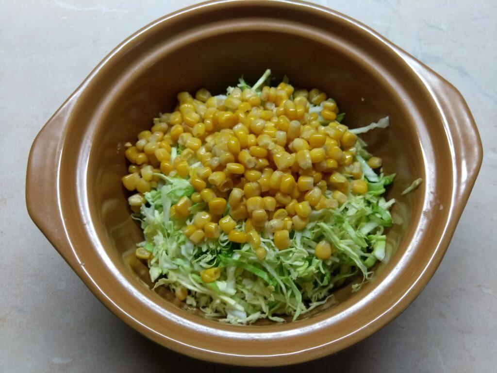Фото рецепта - Салат с капустой, бужениной и кукурузой - шаг 2