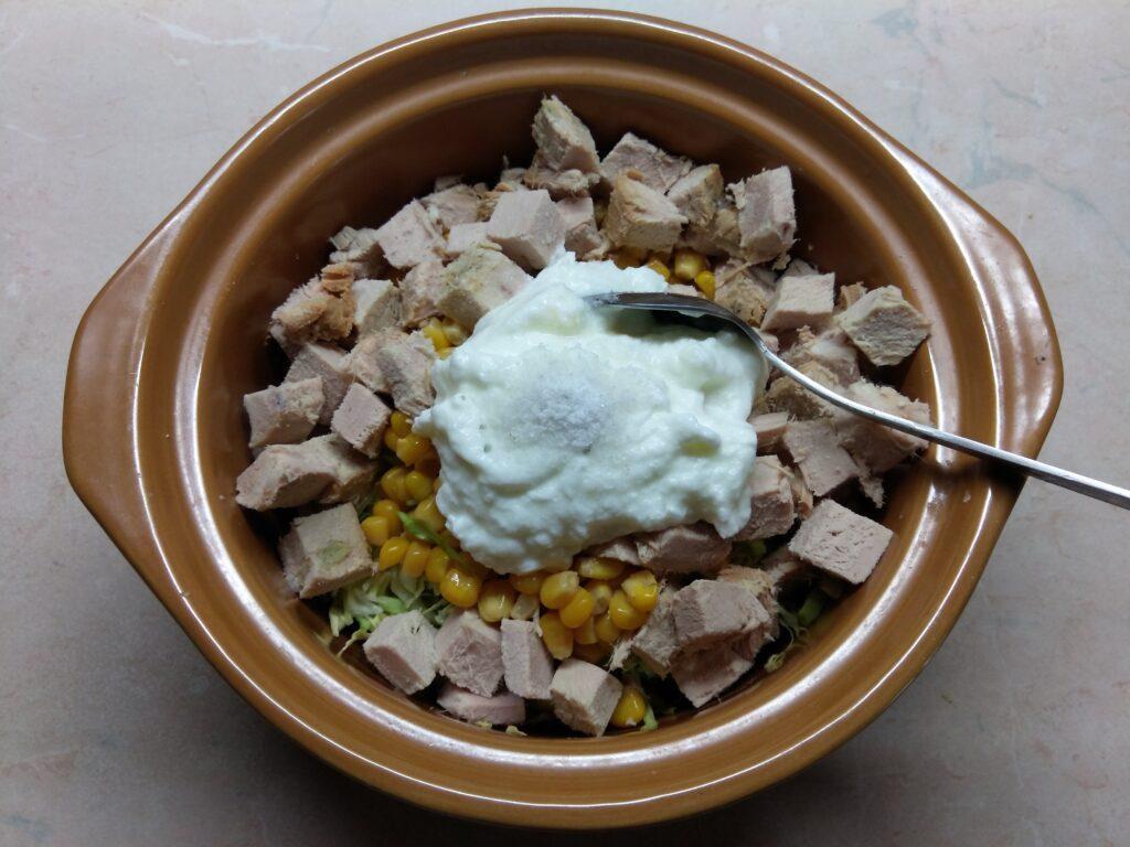 Фото рецепта - Салат с капустой, бужениной и кукурузой - шаг 4