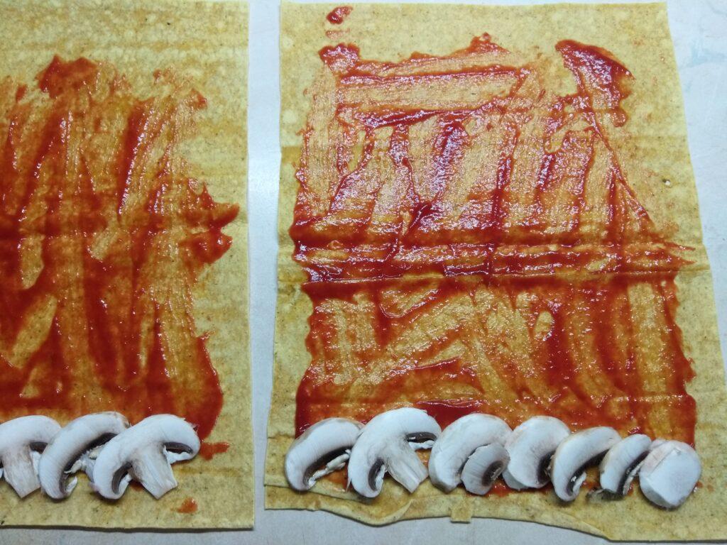 Фото рецепта - Роллы с московской колбасой, шампиньонами и сыром с плесенью - шаг 2
