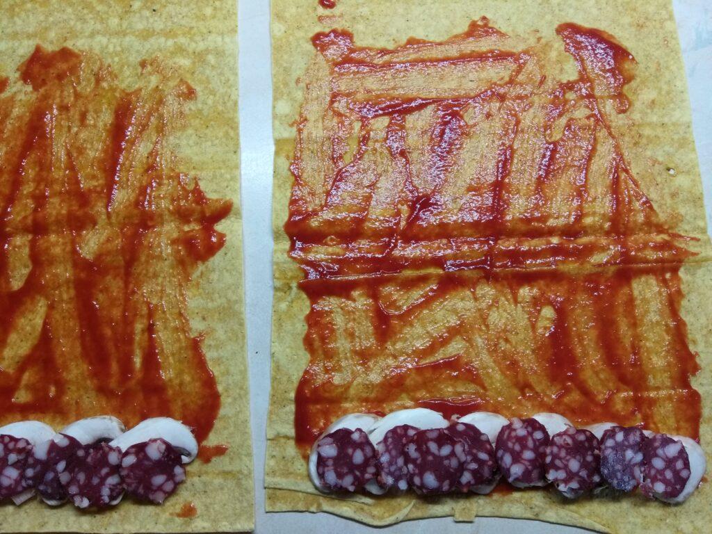 Фото рецепта - Роллы с московской колбасой, шампиньонами и сыром с плесенью - шаг 3