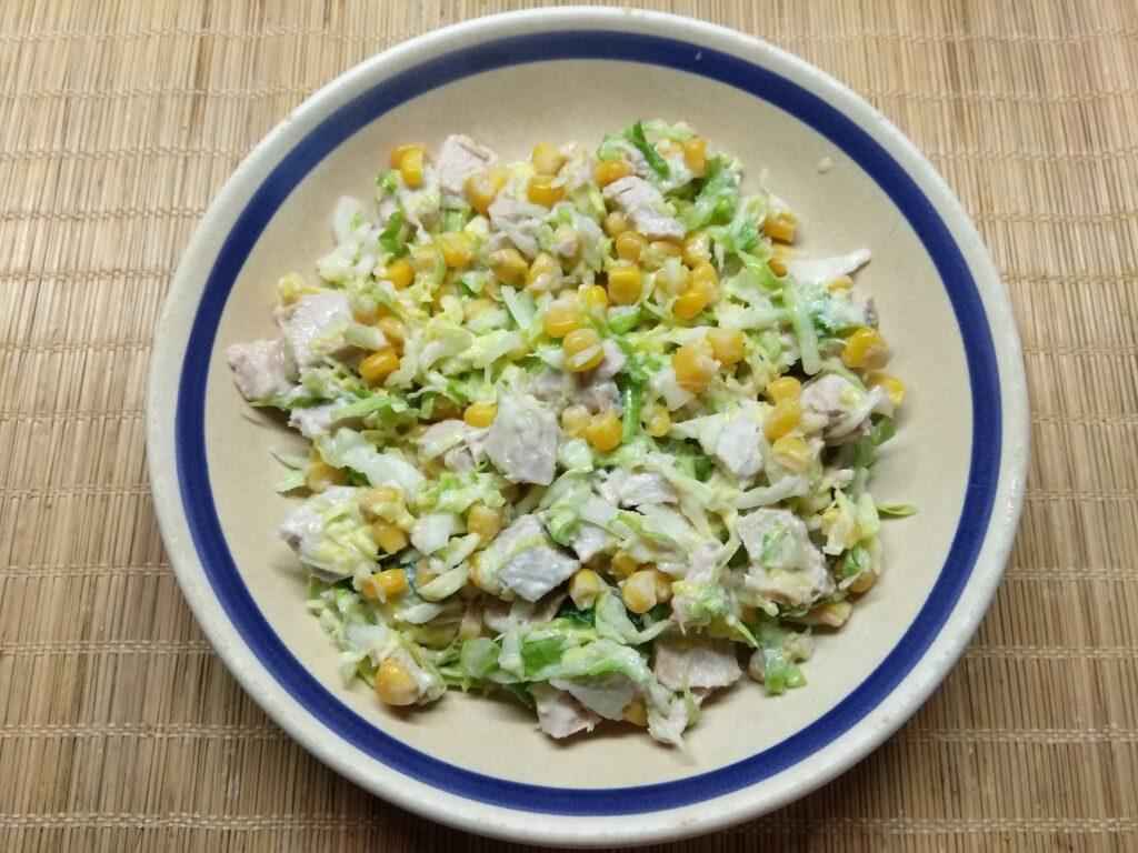 Фото рецепта - Салат с капустой, бужениной и кукурузой - шаг 5