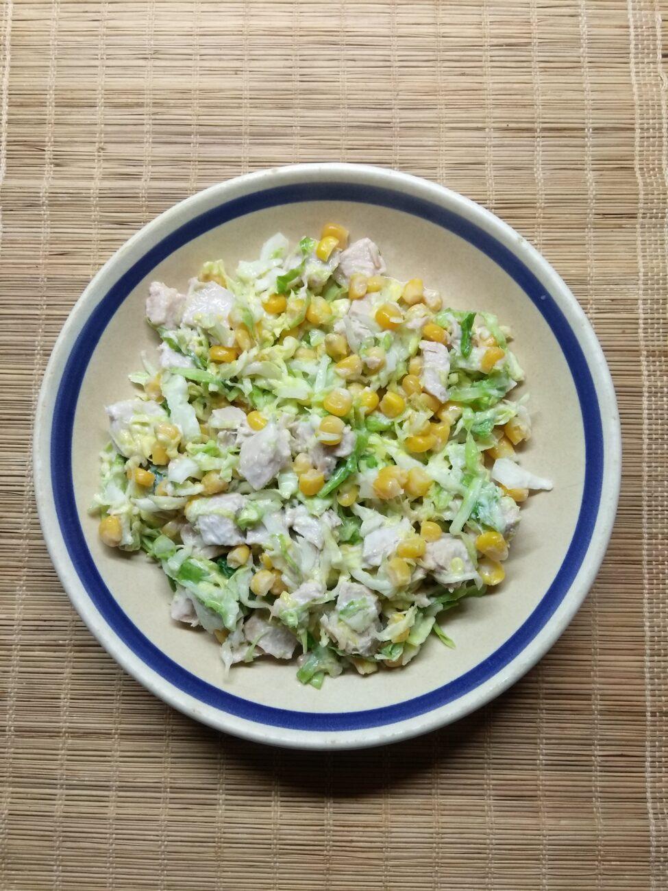 Салат с капустой, бужениной и кукурузой