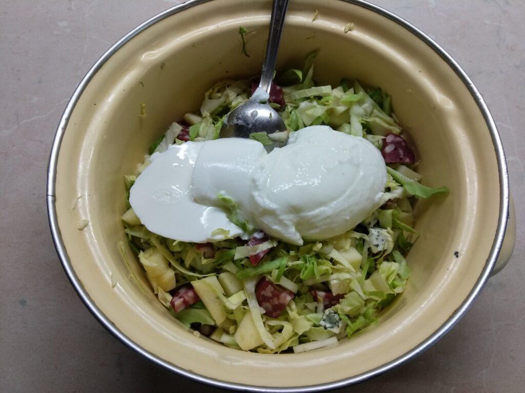 Фото рецепта - Салат с капустой, сухой колбасой, сыром Рокфор и яблоками - шаг 5