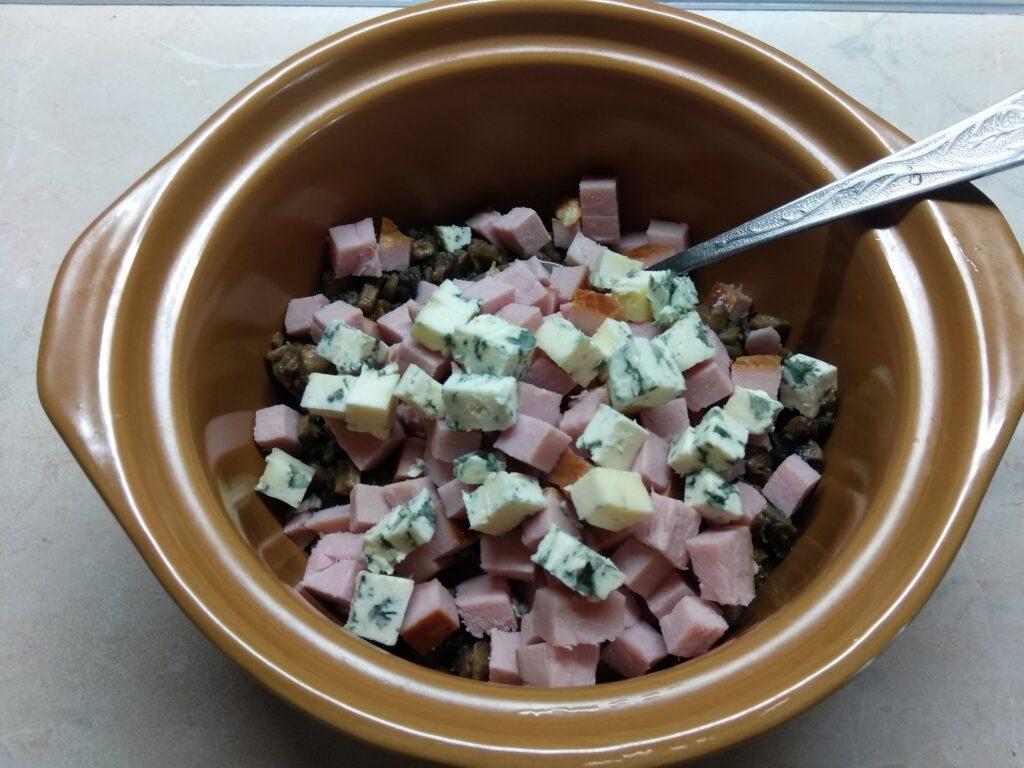 Фото рецепта - Салат с балыком, голубым сыром, шампиньонами и яйцами - шаг 3