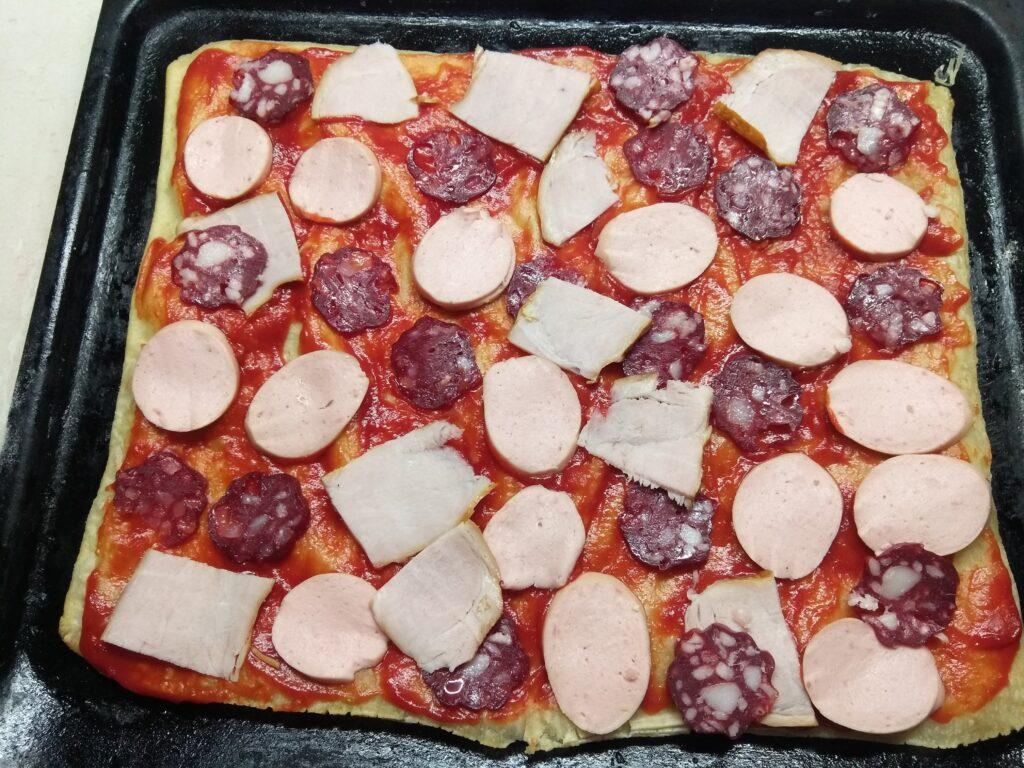 Фото рецепта - Пицца с тремя видами мяса на слоенном тесте - шаг 4