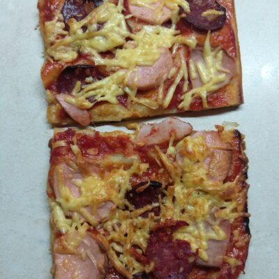 Пицца с тремя видами мяса на слоенном тесте - рецепт с фото