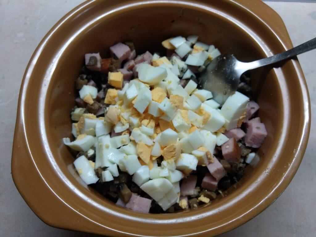 Фото рецепта - Салат с балыком, голубым сыром, шампиньонами и яйцами - шаг 4