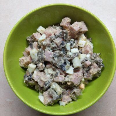 Салат с балыком, голубым сыром, шампиньонами и яйцами - рецепт с фото