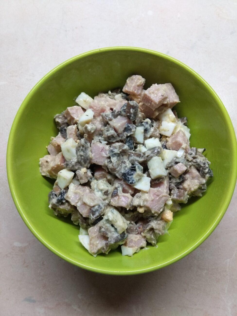 Салат с балыком, голубым сыром, шампиньонами и яйцами