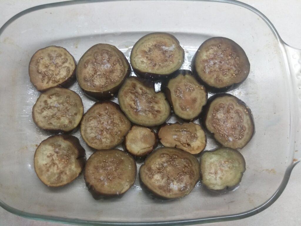 Фото рецепта - Баклажаны, запеченные в томатном соусе с пармезаном и колбасой - шаг 1
