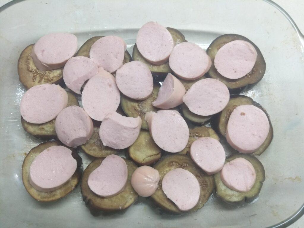 Фото рецепта - Баклажаны, запеченные в томатном соусе с пармезаном и колбасой - шаг 2