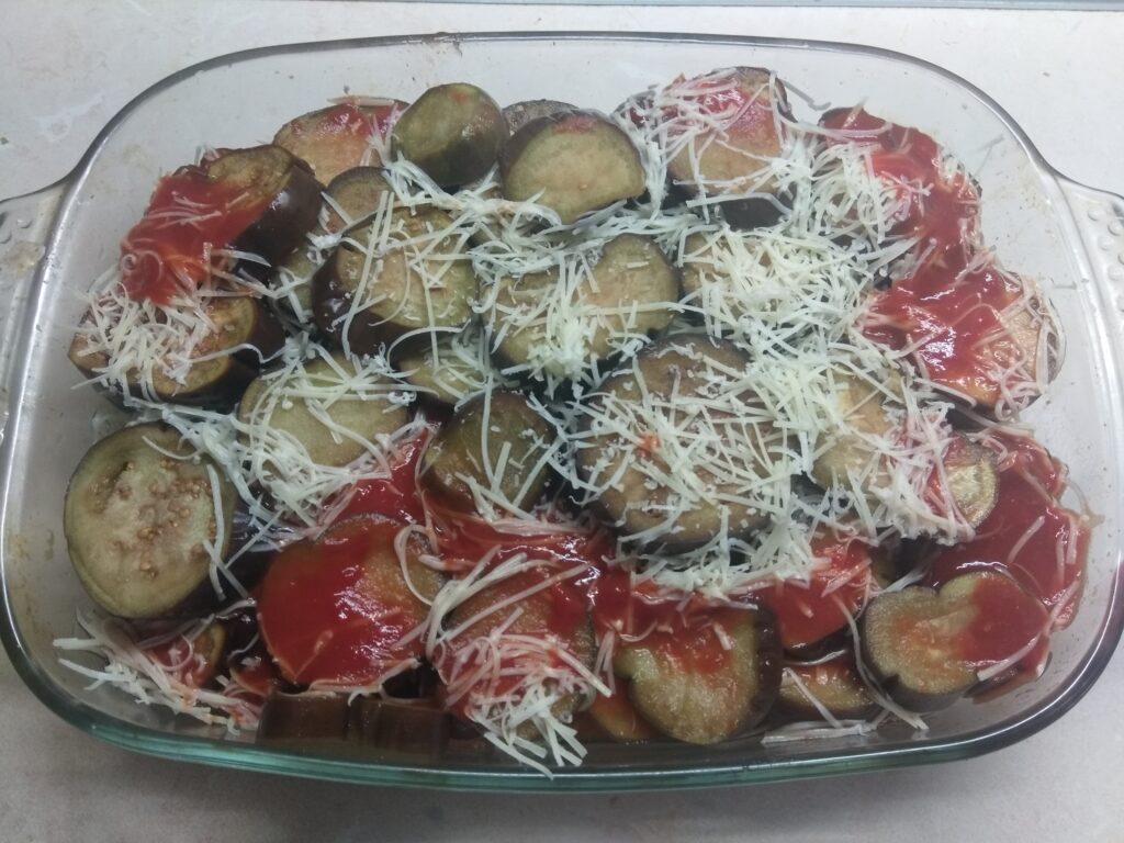 Фото рецепта - Баклажаны, запеченные в томатном соусе с пармезаном и колбасой - шаг 4