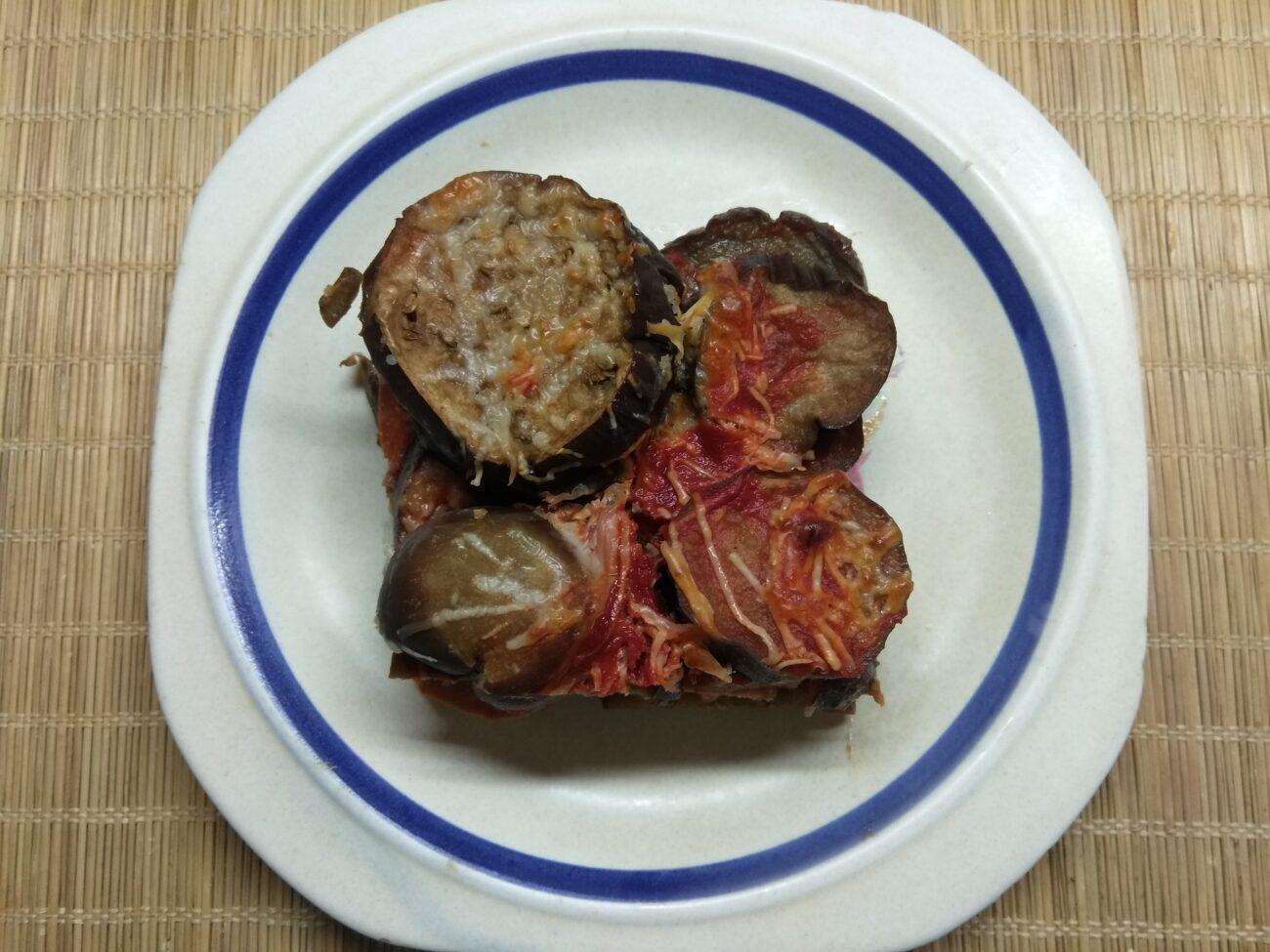 Баклажаны, запеченные в томатном соусе с пармезаном и колбасой