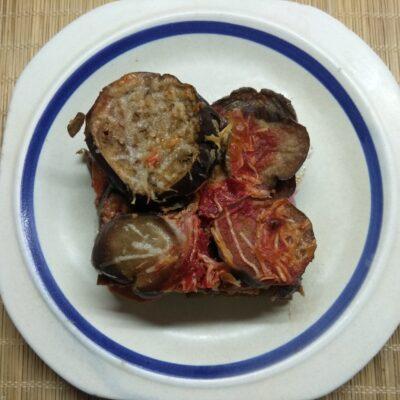 Баклажаны, запеченные в томатном соусе с пармезаном и колбасой - рецепт с фото
