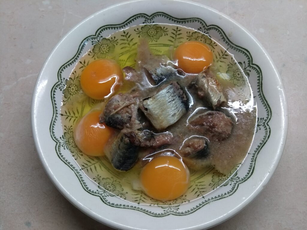 Фото рецепта - Омлет с сардинами - шаг 2