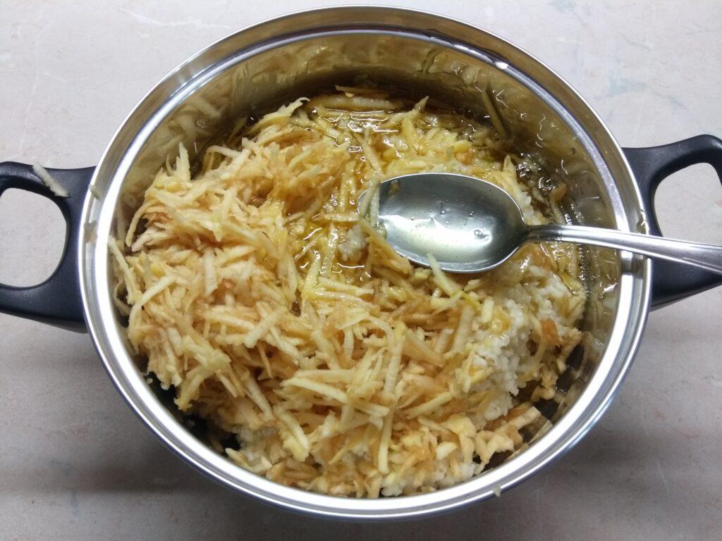Фото рецепта - Запеканка из булгура с яблоками и медом - шаг 3